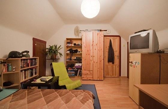 Původní pokoj byl zahlcený nábytkem různých stylů i materiálů.