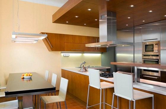"""Snížený podhled kuchyně by se tmavou barvou neměl ještě více snižovat, opticky """"padá"""" dolů."""