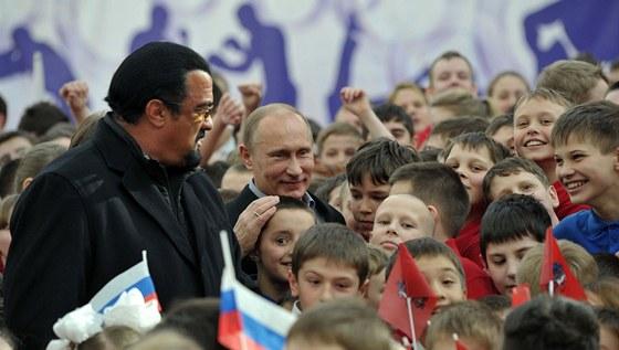 Vladimir Putin navštívil spolu s americkým hercem Stevenem Seagalem novou