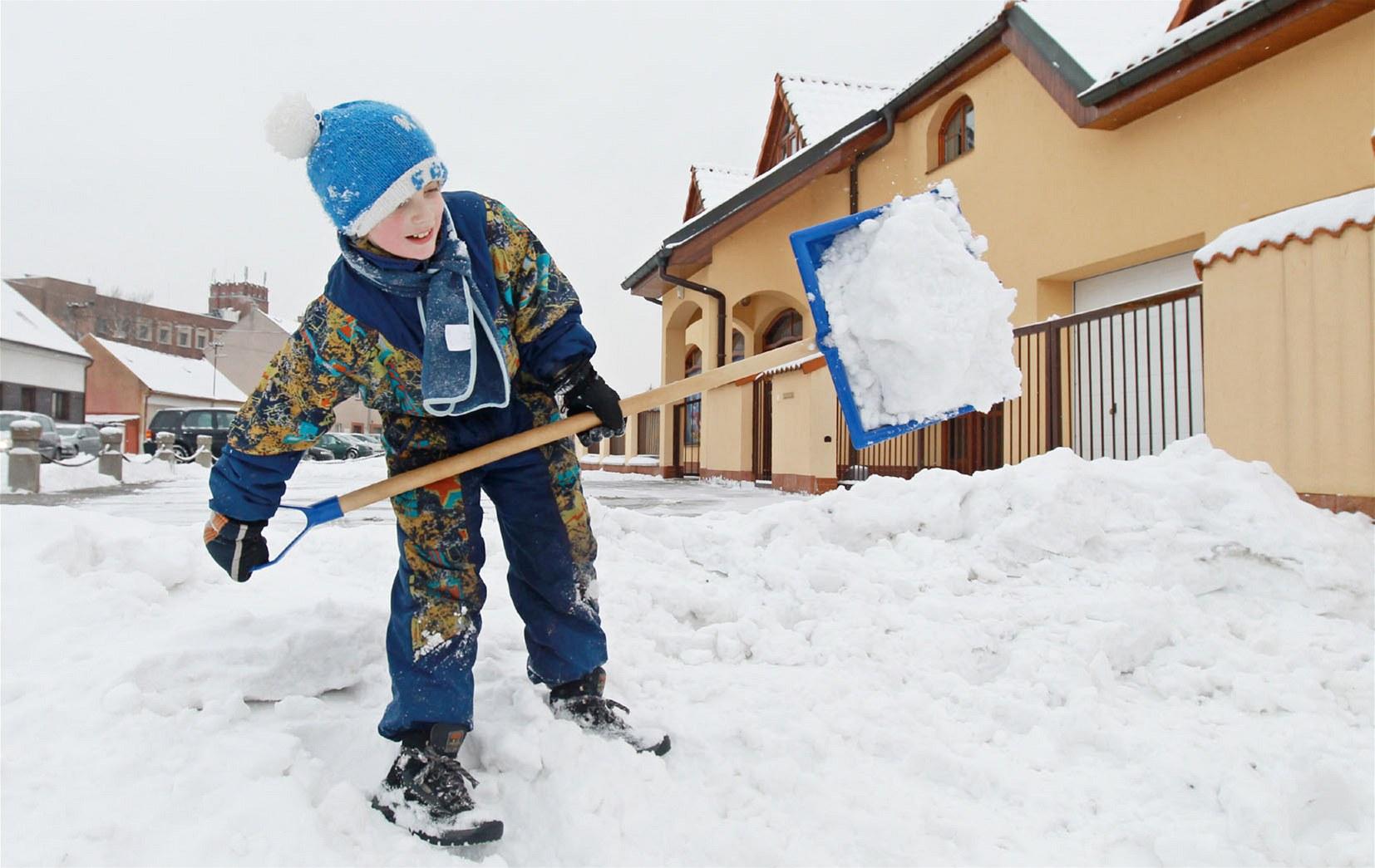 Na Pardubicku s odklízením sněhu pomáhali i ti nejmenší.