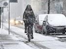 Pozor, klouže to. Otužilý cyklista v Paříži (15. března 2013)