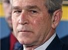 Americký prezident George Bush pláče během vyznamenání mariňáka Jasona Dunhama, který v Iráku skočil na granát a zachránil tak svým kamarádům život. Sám přitom zahynul.