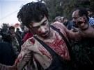 Obyvatelé Aleppa pomáhají jednomu z bojovníků zraněnému v bojích s Asadovými