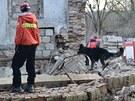 Zřícený statek na Kladensku. Trosky prohledávají hasiči se psy.