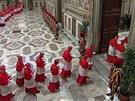 Kardinálové vchází do Sixtinské kaple, aby zahájili volbu nového papeže (12.