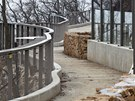 Zrekonstruovan� stezka v pra�sk� zoo, kter� n�v�t�vn�ky zavede nad v�b�h makak�