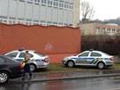 Policejní auta před ubytovnou ve Vrbově ulici v Praze 4