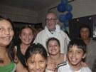 Jorge Mario Bergoglio při návštěvě věřících na předměstí Buenos Aires v roce...