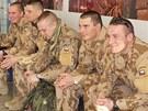 �e�t� voj�ci na leti�ti ve Kbel�ch p�ed odletem do mise v africk�m Mali