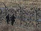 Jihokorejští vojáci kráčí kolem demilitarizovaného pásma, které od války