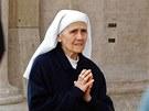 Jeptiška se modlí před začátkem konkláve ve Vatikánu. (12. března 2013)