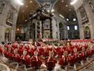 Kardinálové během slavnostní bohoslužby v bazilice svatého Petra před volbou