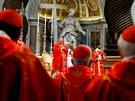 Kardinál Angelo Sodano slouží mši pro ostatní kardinály, kteří dnes začínají