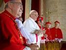 Šestasedmdesátiletý Bergoglio se nejdříve pomodlil za emeritního papeže...