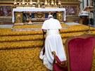 Papež František klečí při ranní modlitbě před ikonou Panny Marie uvnitř...