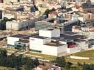 Letecký pohled na oblast Nové Karoliny, za moderními stavbami stojí centrum Ostravy.