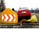 Nekontrolovatelná jízda Škody Felicie skončila v bariéře rondelu ve
