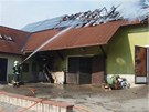 Na střeše domu v Tismicích na Kolínsku shořely fotovoltaické panely. Škoda je