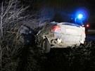 Prchající pachatele zastavili policisté až střelbou do pneumatiky.
