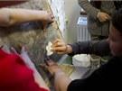Vzor se na omítku přenese přes děrovaný papír pomocí obarveného vatového