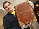 Organizátor akce Petr Hamrozi s nejstarší Melantrichovou Biblí z roku 1549.