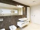 Koupelna 2 v půdní vestavbě má dostatek volného prostoru i denní světlo, široké