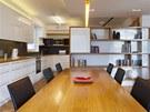 Byt 1: Také nábytek respektuje pravidlo bílých svislých ploch, které prostor neuzavírají, a dřevěných (pevných) ploch horizontálních.