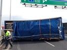 Na Pražském okruhu spadl z jednoho z projíždějících kamionů kontejner s