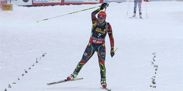 Česká biatlonistka Gabriela Soukalová projíždí Vítězné cílem Závodu s hromadným
