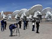 ALMA v Chile přilákala zvědavce i novináře (12. března 2013).