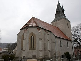V Roudníkách je na prodej místní hřbitov s padesátkou hrobů, kostel a márnice.