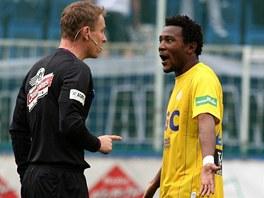 TICHO! Rozhodčí Jiří Jech uklidňuje teplického fotbalistu Franciho Litsingiho.