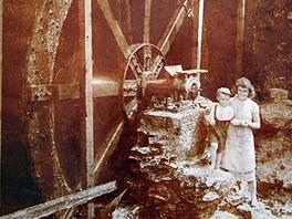 Vodní mlýnské kolo. Taktéž snímek osmd desítek let starý.