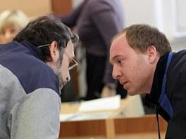 Obžalovaný Bohumír Šlapal se v soudní síni radí se svým právníkem Jaroslavem