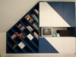 Atypická knihovna pokračuje skříní, která nabízí spoustu úložného prostoru.