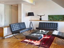 Byt 1: Výraznější barevnost má sezení s kobercem, zdůrazňuje se tak nábytek důležitější pro osobní využívání.
