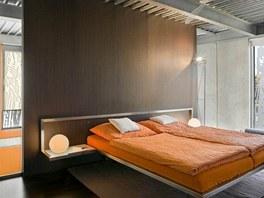Jedna tmavá stěna může v některých případech působit příznivě, například za hlavou postele dává pocit bezpečí.
