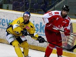 Ústecký hokejista Kamil Černý ( vlevo) v souboji s Radimem Kucharczykem z