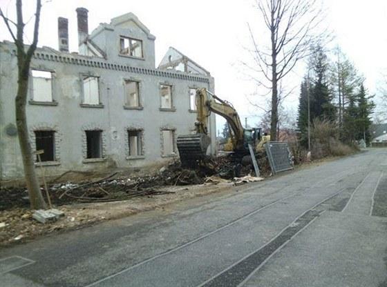 Bourání budovy bývalé špulkárny v Rýmařově-Janušově, kde dělníci na půdě