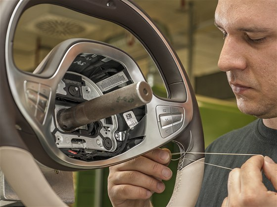 Volant je menší než dřív. V Sindelfingenu ho obšívají ručně.