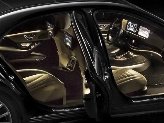 Všechno vnější i vnitřní osvětlení nového Mercedesu S obstarávají LED diody.