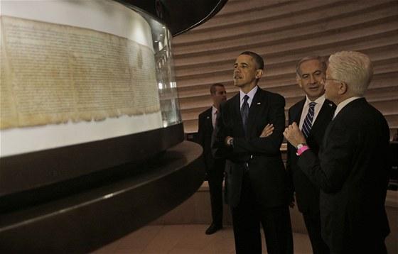 Americký prezident Barack Obama při prohlídce svitků od Mrtvého moře (21.