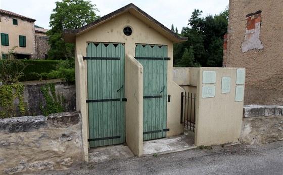 Historická kuriozita - most se záchodem v jihofrancouzském městečku Puivert.
