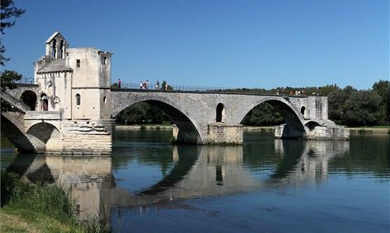 Slavný most v Avignonu končí v půlce řeky, zbytek strhla povodeň.