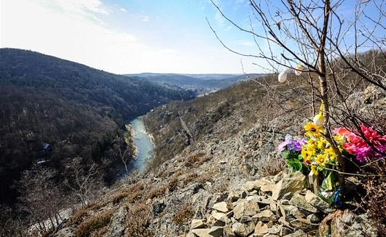 Pohled z Třeštiboku po proudu řeky, v dálce vidíme Pikovice.