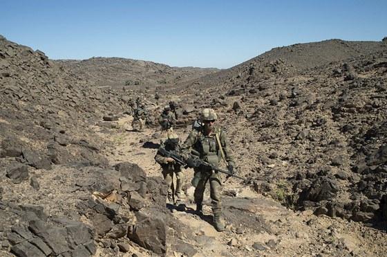 Francouzské jednotky pročesávají pusté území na severu Mali, kde se ukrývají teroristé napojení na Al-Káidu.