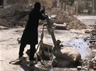 Syrsk� povstalec nab�j� minomet na p�edm�st� Dama�ku (25. b�ezna 2013)