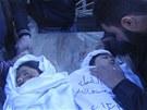 Poh�eb syrsk�ch d�t�, kter� podle opozice zahynuly p�i n�letu vl�dn�ch letadel