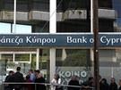 Fronty před pobočkou Bank of Cyprus (28. března 2013)