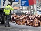 Přepravky s pivem se z kamionu vysypaly na kruhovém objezdu u teplického